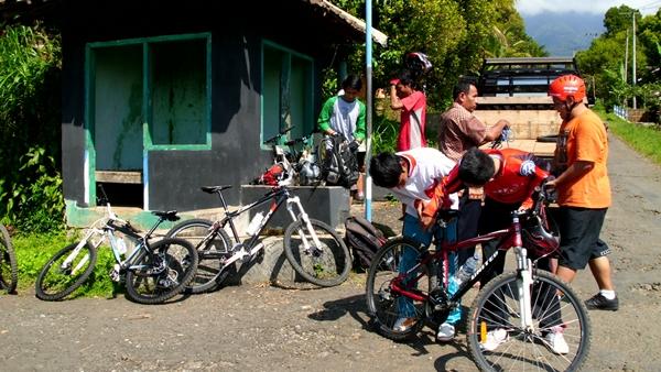 Setelah sarapan, perjalanan dengan mobil kami lanjutkan kembali menuju start point. Sepeda diturunkan dari mobil.