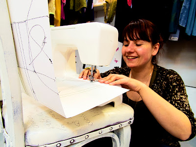 Eva Soto cosint la seva sèrie de cobertes