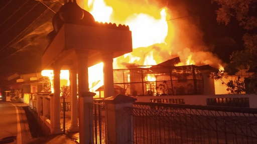 Damkar Payakumbuh Padamkan Api Di Rumah Panggung Kelurahan Padang Tinggi Piliang.