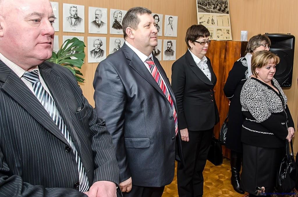 Гости слушают как поет К. Мустафаев