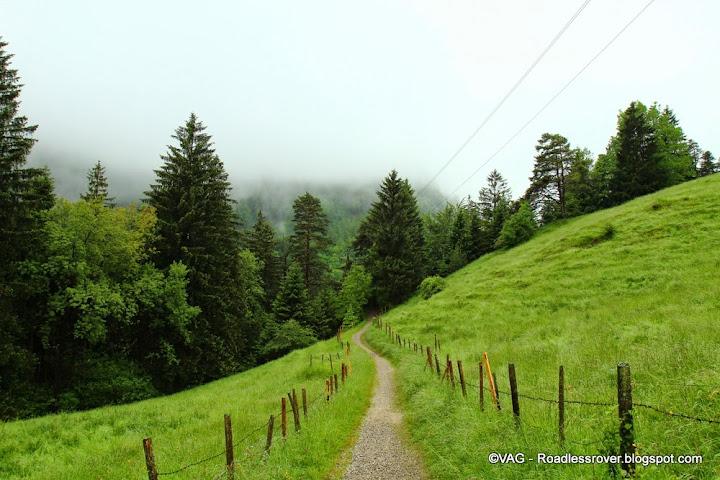 De bergen zo alomvertegenwoordigd laten zich nog steeds voelen