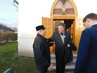 02 Fejes István egyházgondnok fogadja a templombejáratban.JPG