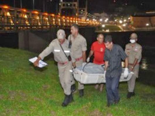 Corpo de jovem é encontrado boiando em rio.