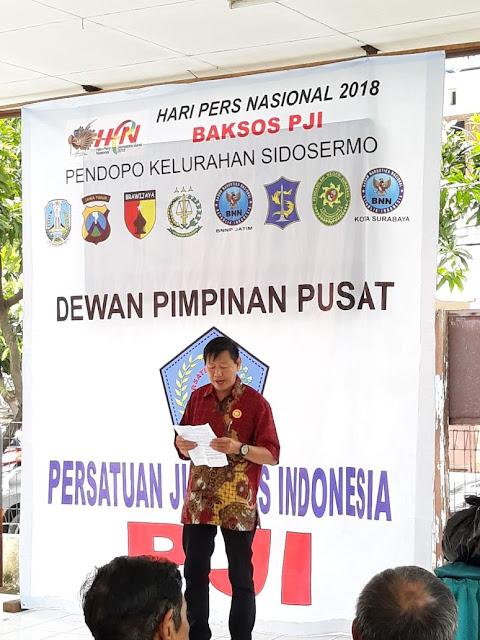 PERSATUAN JURNALIS INDONESIA (PJI) MEMBERIKAN 400 BUNGKUS BANTUAN SOSIAL KEPADA MASYARAKAT MISKIN DI SURABAYA
