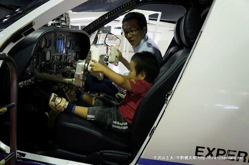 次男と飛行機の運転席
