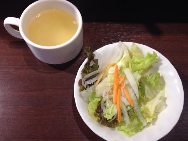 ランチメニューのスープとサラダ