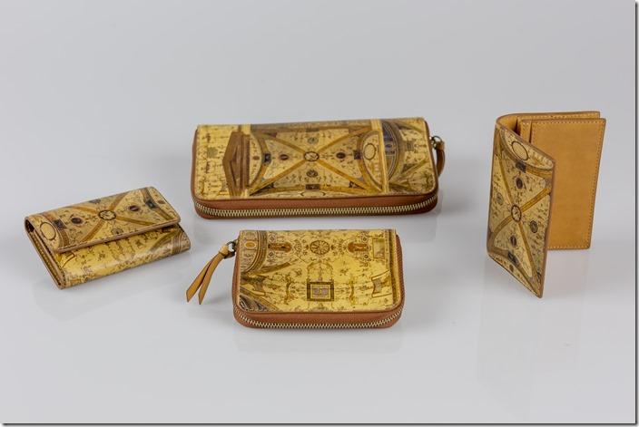 02_Alcuni pezzi della collezione Anniversario con affreschi del Cortile di Michelozzo