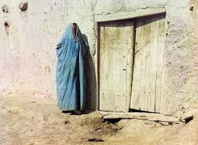 Женщина народности сарт в парандже в Самарканде, Узбекистан, около 1910 года. До Революции 1917 года словом «сарты» называли узбеков, живших в Казахстане