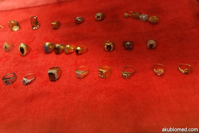 Koleksi cicin emas lelaki dan wanita