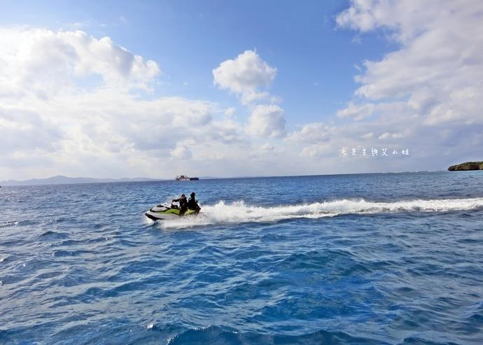 28 沖繩自由行 水上活動 香蕉船 Marine Support TIDE 殘波 藍洞海洋觀光 藍洞浮潛&珊瑚礁 餵食熱帶魚浮潛