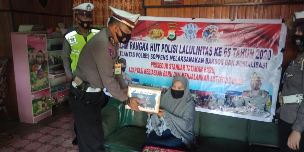 Peringati HUT 65 Bhayangkara Lantas, Satlantas Polres Soppeng Gelar Baksos Bagi Sembako, Masker dan Hand Sanitizer