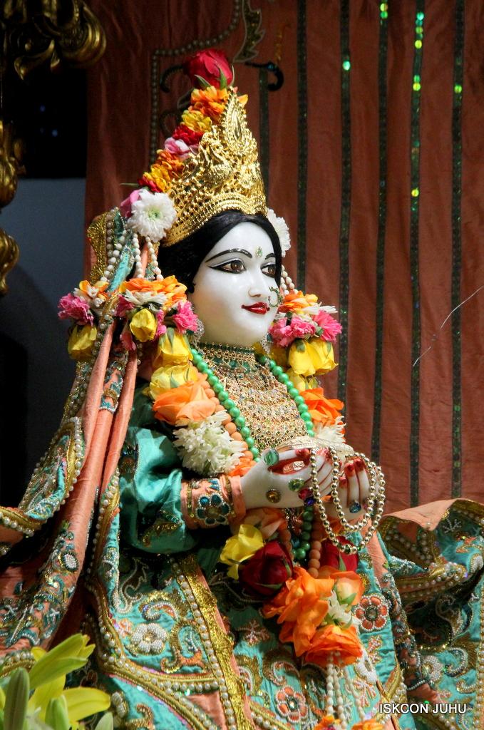 ISKCON Juhu Sringar Deity Darshan on 21st Oct 2016 (21)
