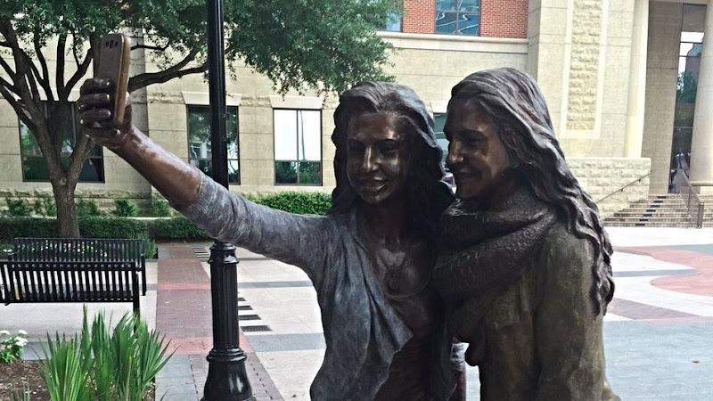 selfie-statue-sugarland-2