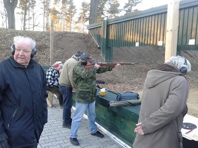 Neumitglied Hans Kubisch beim Karabiner-Glücksschießen