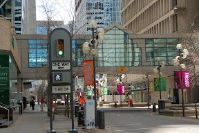 Интересно оформлены светофоры с указателями улиц - так по всему центру
