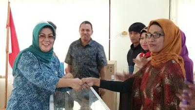 Ketua Dkeranasda Kab Sijunjung Ny, Endra Yuswir Arifin Serahkan Alat Usaha Peserta TKM