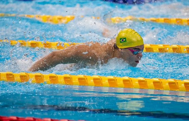 Gabriel Bandeira, de touca amarela, executando o nado borboleta