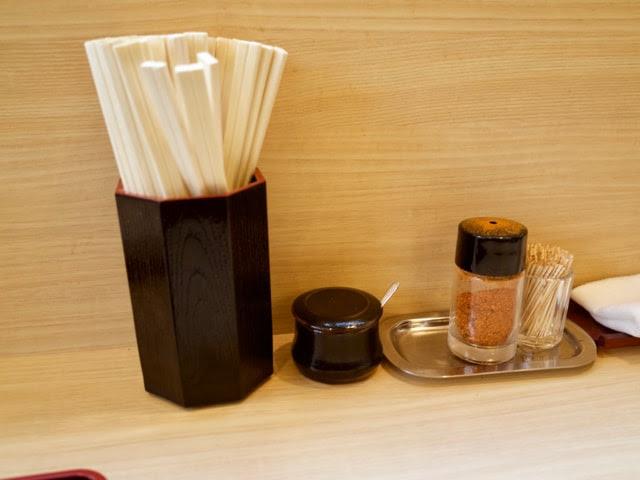 卓上のお箸と七味などの調味料