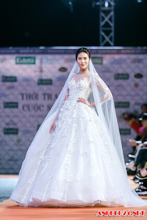 Lan Khuê diện váy cưới lộng lẫy trên sàn catwalk
