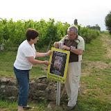 Joëlle et Michel JEAN dans les vignes de leur propriété organisent la signalisation de l'expo. Ce sont aujourd'hui leurs enfants, la dixième génération, qui ont repris l'exploitation viticole.