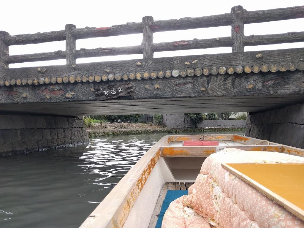 柳川の川下り風景、橋の下を通る