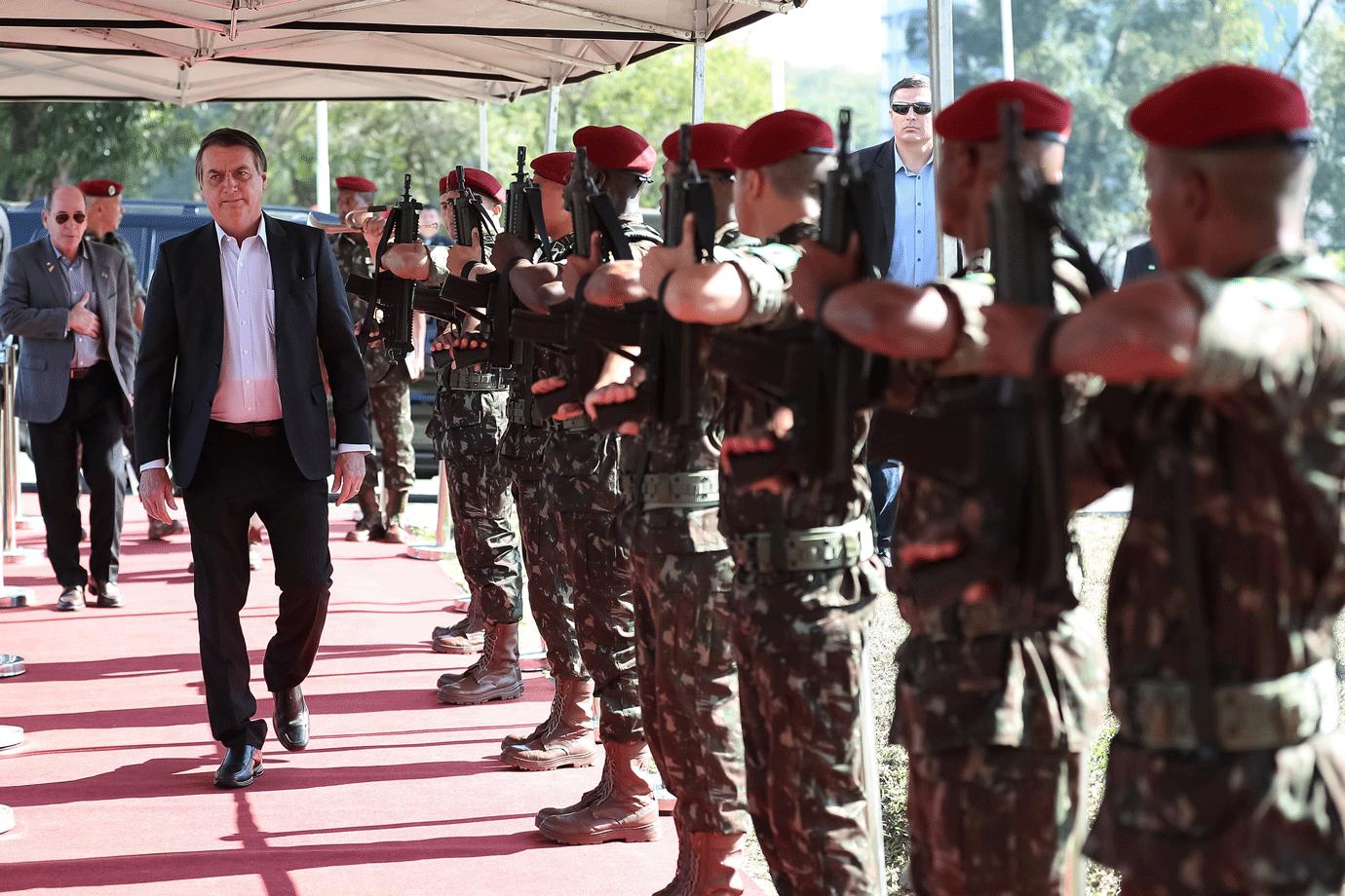 """Bolsonaro acredita que poderá ir além da Constituição: """"Esse momento está chegando"""""""