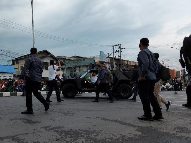 Sambil Resmikan Jembatan, Jokowi Bagi-Bagi Kaos ke Warga