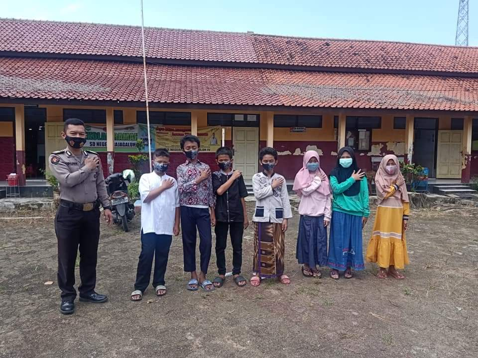 Dibulan Suci Ramadan, Kasi Humas Polsek Rajagaluh Terus Lakukan Bagikan Masker Upaya Pencegahan Covid-19
