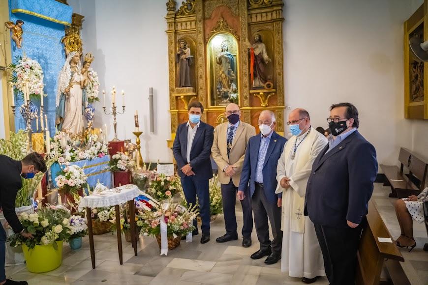 El alcalde junto a los concejales, el párroco  el hermano mayor.