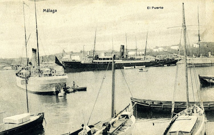El SEVILLA en Málaga. Al fono un vapor de la Compañía Valenciana de Vapores Correos de África. Postal.JPG
