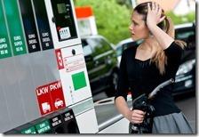 Una donna fa benzina