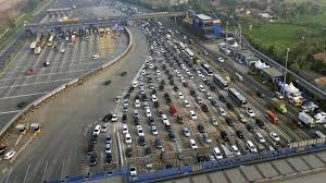 Tol Cikarang Utama Foto Di ambil dari atas menggunakan dron , tampak begitu ramai kendaraan menuju tol cikarang