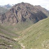 Au-dessus de la haute vallée de la rivière Ottuk au SE du col Chon Ashuu, Terskei Ala Too, Kirghizstan, 7 juillet 2006. Photo : E. Zinszner