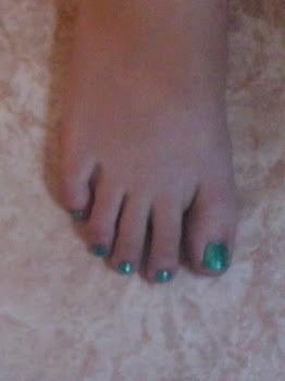 Pedicura verde glitter.