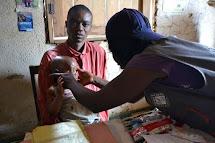 Vyšetření ve zdravotním venkovském středisku. Člověk v tísni školí nejen personál středisek, ale také terénní zdravotní pracovníky, jež pracují s komunitou, aktivně vyhledávají podvyživené děti a kromě informací o zdraví a výživě také místním radí, aby se