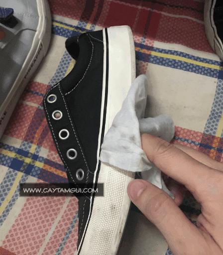Hướng dẫn đánh trắng đế giày bị dơ ố dễ dàng trong một nốt nhạc
