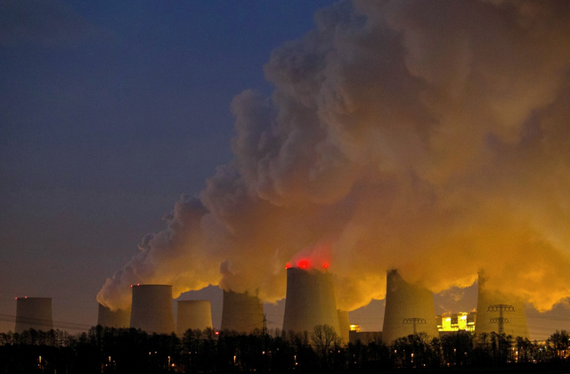 Steam rises from the cooling towers of a coal-fired power plant in Germany. Photo: Krisztian Bocsi / Bloomberg
