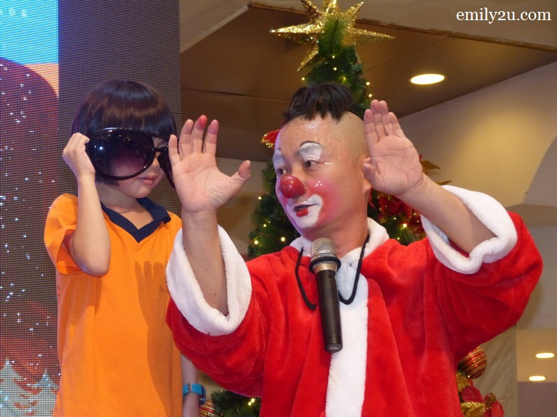 Au Young de Clown Children's Christmas Magic Show