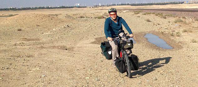 Rumpelpiste am Imam-Khomeini-Flughafen neben Bahnstrecke