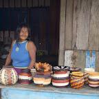 Indígena waunan vendiendo artesanías