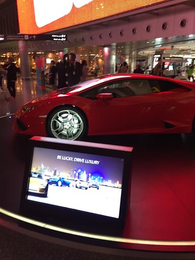 Schnelle Autos und das große Geld, sichtbar auch am Flughafen (c) diekremserin on the go