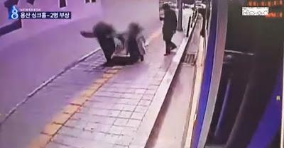 Duas pessoas são engolidas e caem num buraco no passeio em Yongsan, Coreia do Sul