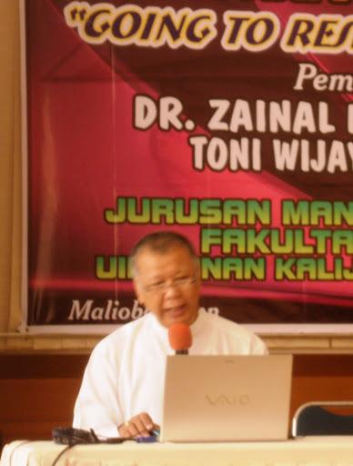 dr. zaenal mustofa eq,dosen fakultas ekonomi UII, memberikan materi metode penelitian di workshop metode penelitian Jurusan Manajemen Dakwah, Fakultas Dakwah, UIN Sunan Kalijaga