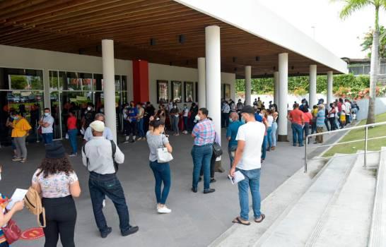 Abarrotan centros de vacunación ubicados en la Plaza Duarte y en sucursal de Plaza Lama