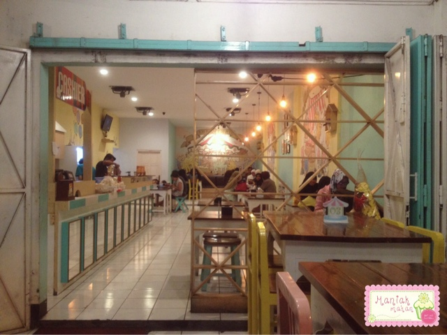 maniak-makan-tjemal-tjemil-solo-cafe-interior-eksterior-cafe