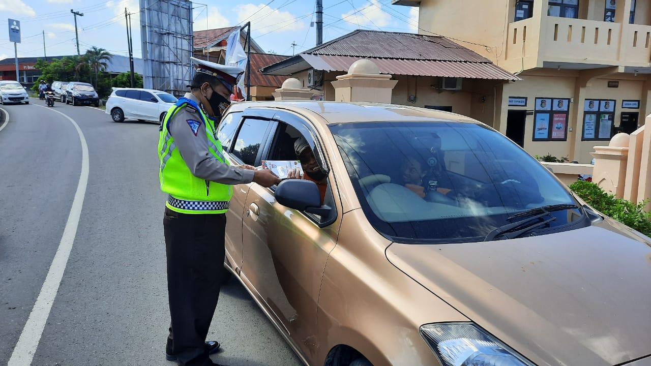 Personil Sat Lantas Polres Soppeng Bagikan Selebaran Pencegahan Wabah Covid - 19
