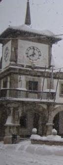 Torre reloj del Ayuntamiento de La Pola de Gordón (León) con nieve