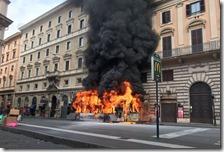 Autobus in fiamme a Roma