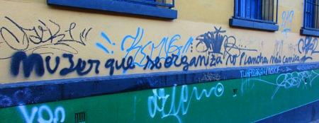 mujer que se organiza no plancha más camisa. Grafiti en Bogotá