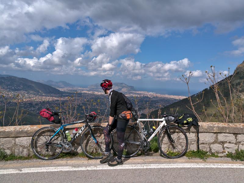 10 kilometri si aproape 500 de metri, si lasam Palermoul in spate.
